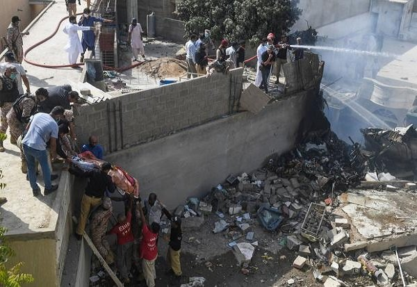 pakistini-plane-carrying-over-100-people-crashes-in-pakistan topnaija.ng.jpg1